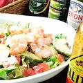 料理メニュー写真小海老とアボカドのサラダ