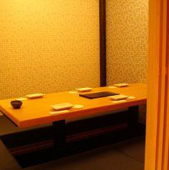 落ち着いた上質な空間の個室は、ご接待やご会食にも好評です。大切なシーンにも満足いただけること間違いなしのこだわりの和食、お料理との相性も抜群の日本酒や焼酎などのお酒を豊富にご用意しております。是非こだわりのお料理とお酒を一緒にご堪能下さい。