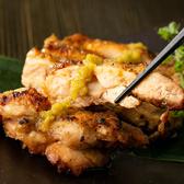 毎日新鮮な食材をお届け致しております。当店自慢の地鶏は炭火焼きがおすすめ!修行を重ねた焼き職人が絶妙な火加減で焼き上げます。刺身でも食べれるほど新鮮な地鶏は養鶏場との直接取引によって実現しました。当店にお越しの際はぜひ一度お召し上がりください。