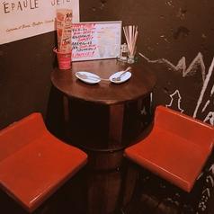 ワイン樽で作られた半テーブル!1件目によし、飲み足りない方の2件目によしとどんな時でもご利用頂けます♪