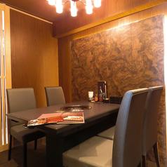 様々な場面や人数に対応できる個室をご用意しております。ご友人とご家族と接待等に。