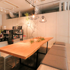 【キッチン横の2Fのテーブル席】1Fフロアから一線を画した中二階のロングテーブルは、お身内のご宴会やパーティプランのご利用にピッタリ!