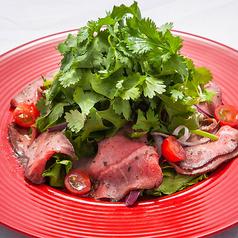 料理メニュー写真タイ風自家製ローストビーフのパクチーサラダ