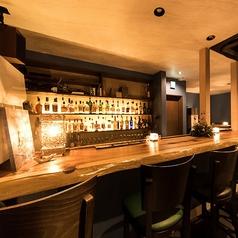 BARカウンター13席。入口別部屋には雰囲気たっぷりの「はなさびバー」を併設。食後にちょっと一杯立ち寄るのもできます。