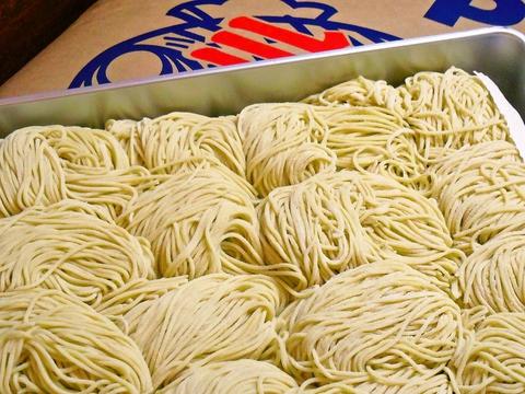 粉の配合からオリジナルの麺は、麺生地を足踏みするひと手間かけた自家製麺。
