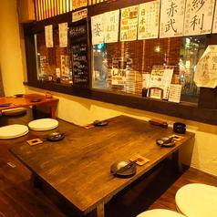 お座敷は4名テーブル2卓と、2名テーブル1卓ございます。