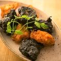 料理メニュー写真【黒×白】からあげ2種盛り合わせ(3個×2種類)