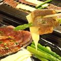 料理メニュー写真【人気メニューより】とろけるチーズの巻きまきカルビ