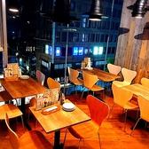 一段上がったテーブル席。プチパーティーもOK。最大18名。」