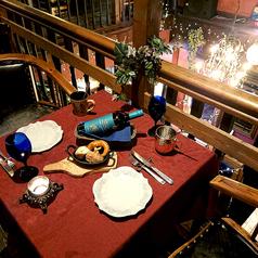 2階の吹き抜け周りにある2人用テーブル席。カップルシートとしてのご利用も人気があります。