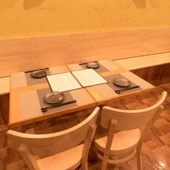 ゆったり寛げるテーブル席の個室を完備しております。落ち着いた雰囲気の空間で新宿の喧騒が嘘のようなモダンな個室へご案内致します♪☆宴会や女子会・誕生日は新宿で人気♪新宿 個室 居酒屋