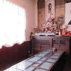 《10名様》二階にはアンティーク小物が飾られた板の間の席が二部屋あります。扉で仕切らているのでお子様連れも安心。少人数宴会にも最適な落ち着き空間です。