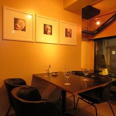 4名テーブル席。ゆったりしたスペースで落ち着いて過ごせる空間です♪