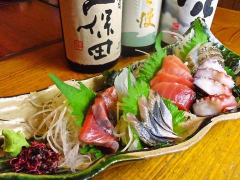 新鮮な魚を使った料理と焼き鳥が自慢の和食居酒屋。お酒の品揃えも充実している。