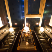 ゆったりとお食事をお楽しみいただけるソファー席もご用意しております!外の景色を眺めながらの個室空間は心地よい時間を演出すること間違いなし。人気のお席になっておりますのでご予約はお早めに!。恵比寿★居酒屋★個室★飲み放題