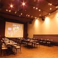 元映画館をリニューアルした店内。迫力ある200インチの超大型スクリーン