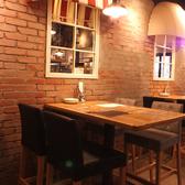 他のテーブルよりも少し照明を落としてあり、雰囲気はバツグン。広々としたテーブルなので飲み会にぴったり。