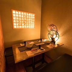 和の趣き溢れる店内は、大人の為の落ち着いた雰囲気となっております。2名様~4名様までご利用可能な完全個室。東京駅 八重洲口での飲み会や宴会、接待など、各種宴会に最適なプライベート空間。お得な宴会コースは、2H飲み放題付2980円(税込)~ご用意!