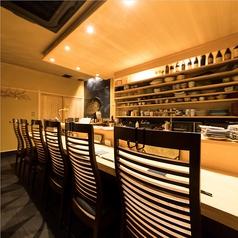 はなさびカウンター8席。あたたかみを感じる居心地よいお席。日本酒好きの女将が揃えた日本酒、ソムリエのマスターが選りすぐったワインのご用意がございます。