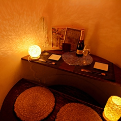 暖色のライトが心地良いカップル個室