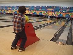 ガターにボールが落ちない全自動キッズレーンを16レーン設置!お子さまが投球する時だけ自動的にバンパーが設置されます。大人が投球する時はバンパーが自動的に格納されます。別途使用料はかかりません。小学生以下のお子さまがご利用可能です。