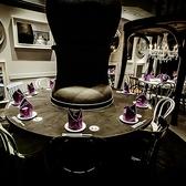 大きなテーブルの下は小さくなったアリスがお食事をする小さなテーブルに♪カウンター席の様にご利用頂きます。