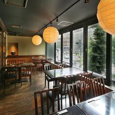 窓側テーブル席は限定4席!女子会などにもオススメです。開放的な空間で当店自慢、豊洲直送の新鮮なお刺身や炉端焼きなど当店自慢の料理を是非ご堪能下さい。ご予約はお早めに!