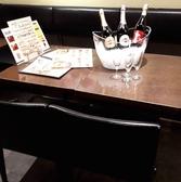メインフロアのテーブル席。2~4名様までのお集まりに!