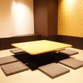【8~10名様】掘りごたつの囲炉裏席個室。入り口部分は開口がありますが周りが壁で囲まれたプライベート空間。10名様規模の宴会に最適なお部屋です。