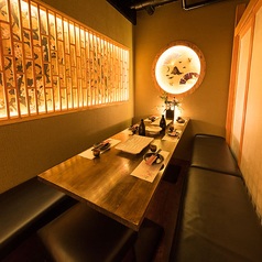 洗練された和の趣き溢れる個室空間。ご人数に合わせてご利用頂けるゆったりと寛げる広々とした個室席は、東京駅 八重洲口での接待や会食、大事な一席に最適な個室空間です!全国の隠れた美味をお楽しみ頂ける創作和食を寛ぎの空間でお楽しみください!