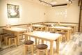 2階テーブル席は最大30名様までご利用可能。もちろん離したままでの小グループでのご利用も可能です。