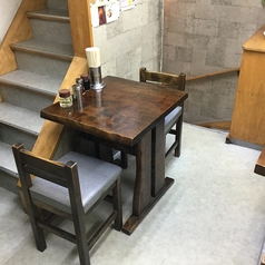 2階には2名様でご利用いただけるテーブル席もございます。2F テーブル席 喫煙可