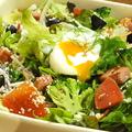 料理メニュー写真温玉のせ 10品目のシーザーサラダ