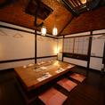 【中人数個室(お座敷)】(8~10名様)当店の座敷個室は天井が高めに作られており、広々とした空間を提供しております。10名様までご利用可能なので、小規模な宴会に最適です。旬の食材を使った料理を多くご用意しております。絶品料理と共に宴会をお楽しみ下さい。