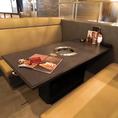広めのソファ席とテーブル席でゆったりとお食事を楽しむ