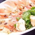 料理メニュー写真モッツァレラと生ハム、ルッコラのサラダ風