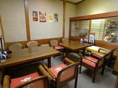 8人が入れる個室があります。お友達同士の集まりや商談などにご利用ください。
