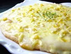 料理メニュー写真コーンとマヨネーズのホワイトソースピザ