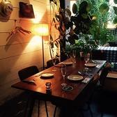 入り口のテーブルは大阪発人気家具メーカーのTRUCK FURNITUREを設置。一番オススメで緑に囲まれた居心地よいお席です。