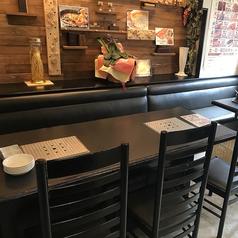 店内に入るとすぐに広々としたテーブル席があります。4名様~6名様用のテーブルのご用意があります。テーブルの間隔はゆったりとしていますので隣のテーブルを気にすることなくご利用いただけます。テーブルを2卓合わせれば 8名様~10名様までのご宴会が可能です。ご利用シーンに合わせてお席をお選びください。