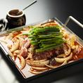 <チリ鶏鍋>1408円(税込)!大阪発祥の鍋料理!国産鶏肉やホルモンと玉ネギを独自の甘辛いタレで焼いて、その上にネギやニラを加えて、旨味を最大限に引き出した一鳥特製鍋をお楽しみください♪
