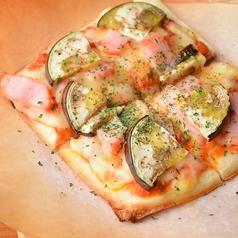 料理メニュー写真秋ナスとベーコンのトマトピザ