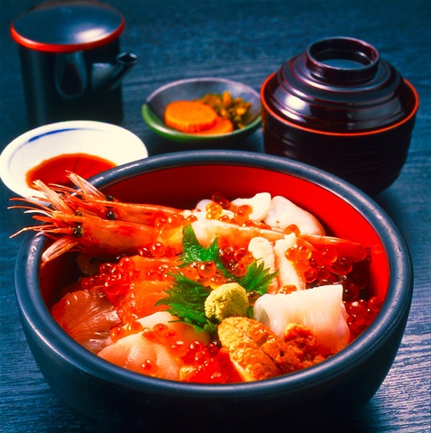 お魚屋さんが営む海鮮料理店。日本海の海の幸を新鮮そのまま食べられるお店。