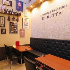1階の喫茶スペース。20名様までの貸切もできます。数々の絵や、飾りで明るく開放的なスペースです。