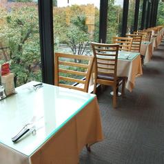 外の緑を感じながらお食事ができる窓際のお席。
