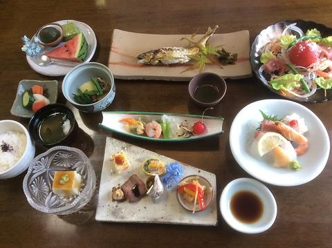 駿河湾の魚介や御殿場の野菜など地元の新鮮食材が楽しめる日本料理店。