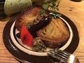料理メニュー写真玉葱の丸ごとオーブン焼き 自家製タプナードソース