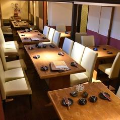 接待や打ち合わせなどにも最適な上質テーブル席。仕切りををなくして4部屋繋げると16名収容可能。