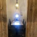 半個室造りの4名様テーブル席です。※同タイプの半個室が5部屋あります。※半個室の仕切りを外して、連結可能ですので、お客様の人数に合わせたお席にご案内します。