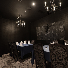 黒を基調としたお洒落で落ち着いた大人の隠れ家。ゆったりお寛ぎいただけるテーブル席もご用意しております。2名~10名様までの会食にもおすすめ。